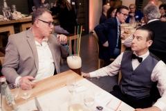 Der Spaß Kellner hilt Ihnen gerne beim Halten des Bierglases!