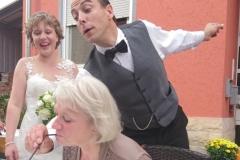 Der Butler-Comedian hilft Ihnen gerne beim trinken