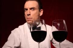 Der Comedykellner Ullich Steybe serviert den Wein - natürlich auf seine eigene Art