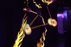 Zwei LED-Diabolos in der Schwarzlichtshow von Ullich Steybe