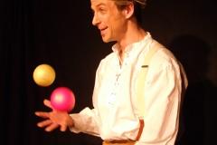 Der Jongleur Ullich in der Balljonglage