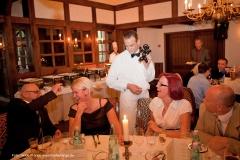 Der komische Kellner auf einer Hochzeit