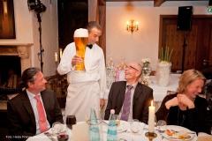 Der Comedy Kellner Ullich serviert ein Bier